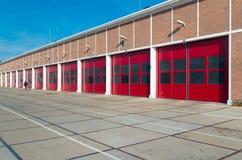 Warehouse con las puertas rojas fotografía de archivo libre de regalías
