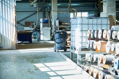 Warehouse con los rollos de la chapa, producci?n de puertas interiores foto de archivo libre de regalías