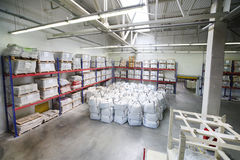 Warehouse con los sacos en la fábrica de Caparol Fotos de archivo libres de regalías