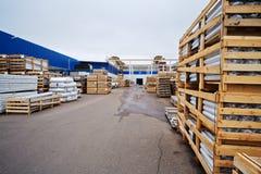 Warehouse de materiales y de mercancías acabadas en la planta Imagenes de archivo