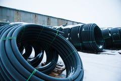 Warehouse del sitio de almacenamiento industrial acabado del aire libre de los tubos pl?sticos imágenes de archivo libres de regalías