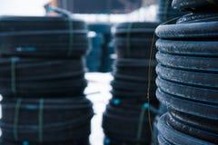 Warehouse del sitio de almacenamiento industrial acabado del aire libre de los tubos pl?sticos fotos de archivo libres de regalías