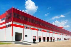 Warehouse en un fondo del cielo azul Imagen de archivo libre de regalías