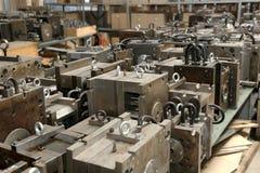 Warehouse metallworkpieces och föråldrade mekaniska plommoner för utrustning royaltyfria bilder