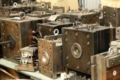 Warehouse metallworkpieces och föråldrade mekaniska plommoner för utrustning Arkivbild