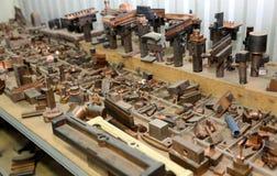 Warehouse metallworkpieces och föråldrade mekaniska plommoner för utrustning Royaltyfri Bild