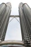 Waren de Petronas Tweelingtorens, een oriëntatiepunt in Kuala Lumpur, Maleisië, Stock Foto's