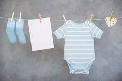 Baby auf der Wäscheleine Stockfotos