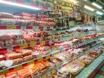 Waren im Regal eines Gemischtwarenladens Fleisch und Wurstwaren stockfotos