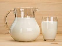 Waren van het glas, met melk wordt gevuld die Stock Foto