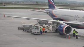 Waren werden im Flugzeug geladen Ladenplattform der Luftfracht zu den Flugzeugen stock footage
