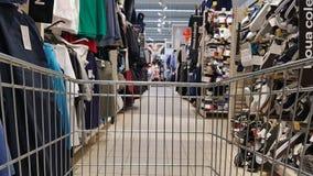 Warenkorb im Einzelhandelsgeschäft der Kleidungs Stockfoto