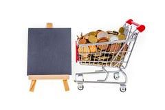 Warenkorb mit den Pennys und schwarzer Tafel, zum an zu schreiben ISO Stockfotos
