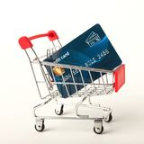 Warenkorb mit der Kreditkarte lokalisiert auf weißem Hintergrund Lizenzfreie Stockfotografie