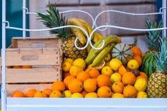 Warenkorb mit frischen Früchten in Syrakus, Sizilien, Italien Stockfotos