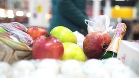 Warenkorb mit Nahrungsmitteln im Supermarkt stock footage