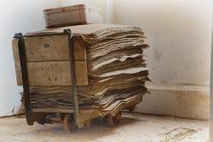Warenkorb mit Papieren Lizenzfreie Stockfotografie