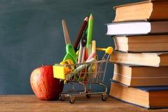 Warenkorb mit Schulbedarf Zurück zu Schule-Konzept Lizenzfreies Stockfoto