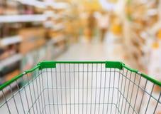 Warenkorb mit Supermarkt-Gang mit Produkt auf Regalen Stockfotos