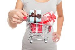 Warenkorb mit Weihnachtsgeschenken für Feiertag Lizenzfreie Stockbilder