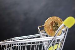 Warenkorb und bitcoin Konzept von cryptocurrency Markt lizenzfreies stockbild