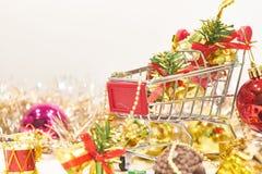 Warenkorb- und Weihnachtsdekorationen mit weißem Hintergrund stockbild