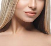Warg ramion podbródka nosa uśmiechu Pięknej kobiety portreta twarzy blond studio Obraz Stock
