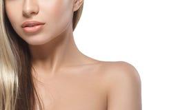 Warg ramion podbródka nosa uśmiechu Pięknej kobiety portreta twarzy blond studio Zdjęcia Royalty Free