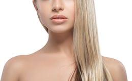 Warg ramion podbródka nosa uśmiechu Pięknej kobiety portreta twarzy blond studio Obraz Royalty Free