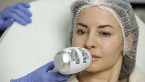 Wargi augmentacja w piękno salonie cosmetologist stosuje zimno po procedury dla anastetyka zdjęcie wideo
