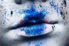 Wargi kobieta z kolorowym proszkiem uzupełniali Piękno kobieta z br Fotografia Stock