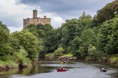 WARKWORTH, CUMBRIA/UK - 17 AUGUSTUS: Mensen die langs Rive roeien Royalty-vrije Stock Foto's