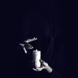 Warlock κρατά παραδίδει το καίγοντας κερί σε ένα σκοτάδι Στοκ φωτογραφία με δικαίωμα ελεύθερης χρήσης