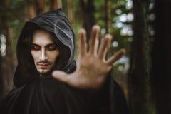 Warlock som pekar fingret arkivfoton