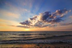 Warm en Koele strandzonsondergang royalty-vrije stock afbeelding