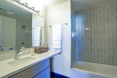 Warm en schoon badkamersbinnenland Royalty-vrije Stock Afbeeldingen