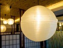 Warm farbige Weißbuchlaternen des Ballons, die vom Cer hängen Stockbilder