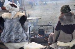 Warm halten um das Feuer lizenzfreie stockfotos