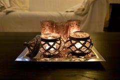 Warm kaarslicht in huis Stock Foto