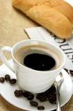Warm koffie en brood stock afbeeldingen