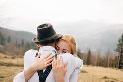 Warm omhels tussen een man en een vrouw royalty-vrije stock fotografie