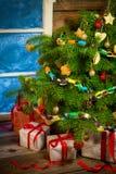 Warm plattelandshuisje in een Kerstmisavond Royalty-vrije Stock Fotografie
