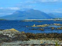Warm rotsachtig Connemara-strand stock afbeeldingen