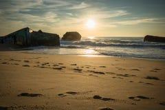 Warm toneel mooi zandig strandzeegezicht met golven op de Atlantische Oceaan in blauwe hemel Royalty-vrije Stock Afbeelding
