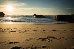 Warm toneel mooi zandig strandzeegezicht met golven op de Atlantische Oceaan in blauwe hemel Royalty-vrije Stock Fotografie