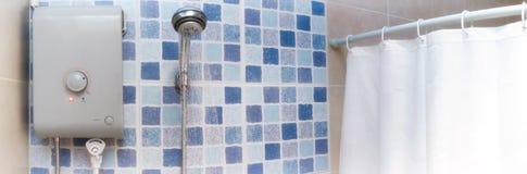 Warm water voor het Overgieten van een Elektrisch aangedreven Waterverwarmer royalty-vrije stock foto's