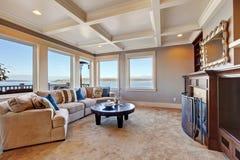 Warm woonkamerbinnenland in luxehuis met Puget Sound-mening Stock Afbeelding