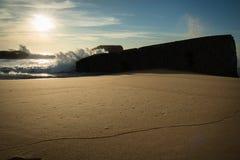 Warme atmosfeer op toneel mooi zandig strandzeegezicht met golven op de Atlantische Oceaan in blauwe hemel Stock Foto's