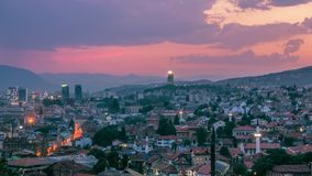 Warme avond in Sarajevo, mooie horizon bij schemer Stock Afbeelding