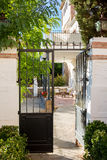Warme binnenplaats met lijsten en stoelen Spanje Royalty-vrije Stock Afbeeldingen